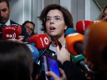 Soraya Sáenz de Santamaría respondiendo a los medios