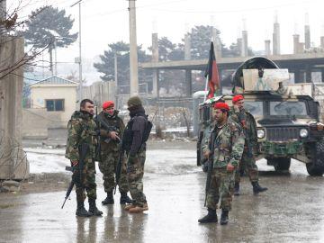 Soldados afganos montan guardia en los alrededores de la Academia Militar Marshal Fahim en Kabul