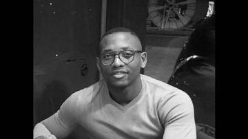 El doctor Andi Nganso, de 30 años, recibe un comentario racista por parte de una paciente