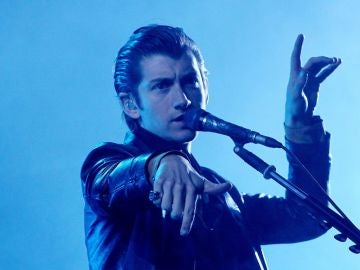 Alex Turner de la banda británica Arctic Monkeys