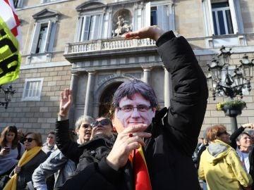 Manifestación en apoyo a Puigdemont frente a las puertas del Parlament
