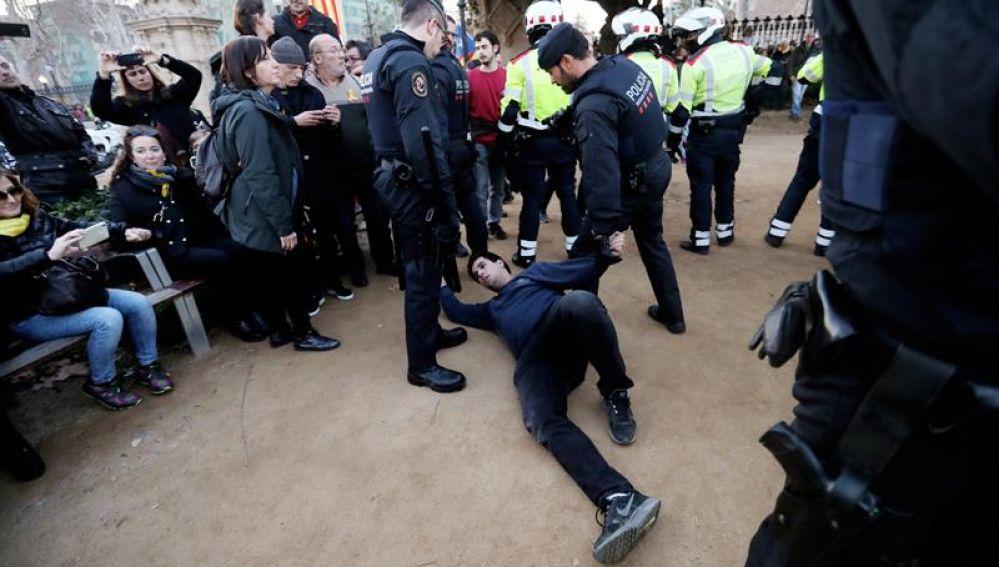 Un hombre es detenido por los mossos d'esquadra frente al Parlament