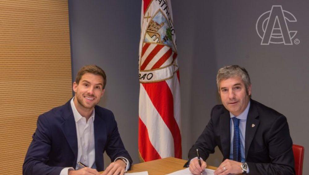 Iñigo Martínez firma su contrato con el Athletic