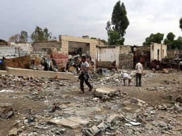Varios niños en una zona bombardeada de Yemen (Archivo)