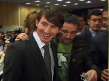 Jordi Évole junto a Leo Messi en una gala de los premios Protagonistas