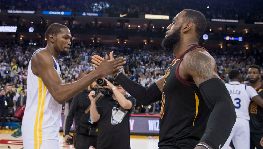 Kevin Durant y LeBron James se saludan tras un Warriors-Cavaliers