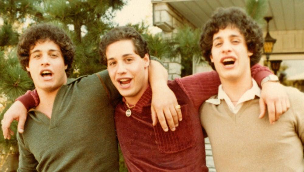 Imagen de los tres hermanos trillizos separados