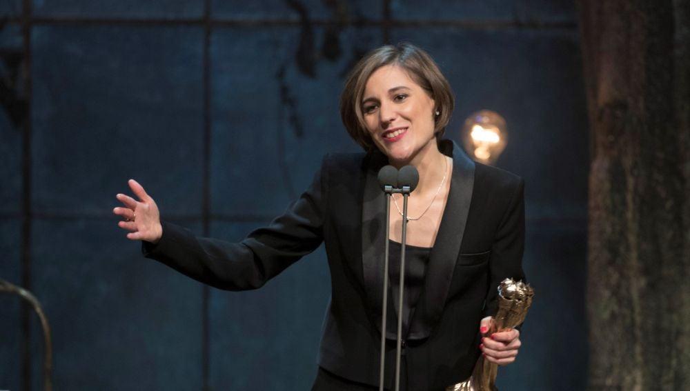 """La realizadora Carla Simón recoge el Premio Gaudí a la Mejor dirección, por """"Estiu 1993"""", en la gala de los X Premios Gaudí"""