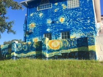 La casa con 'La Noche Estrellada' en su fachada
