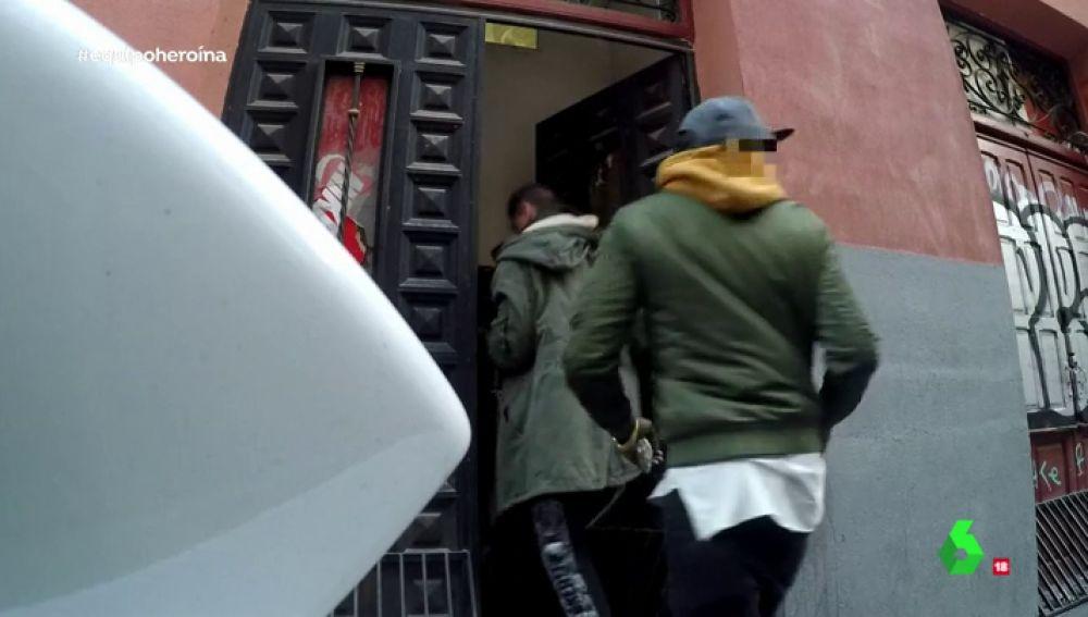 Dos personas entrando a un narcopiso en Lavapiés
