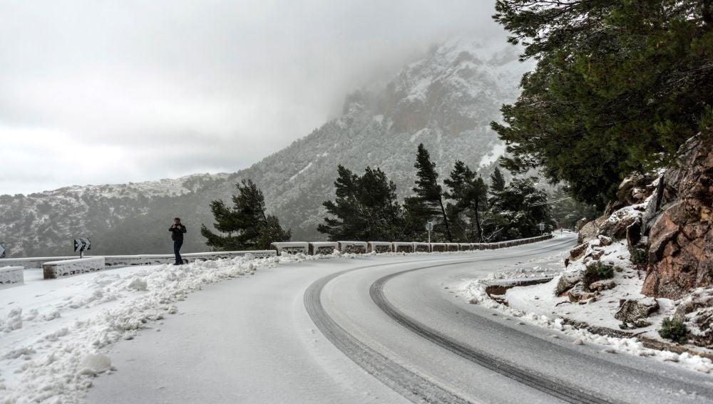 La nieve caída cubre una de las carreteras de Soller