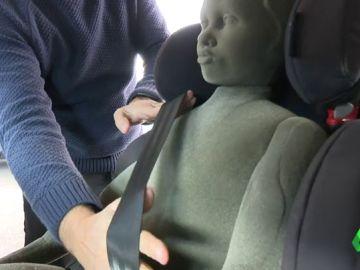 Un técnico realiza una demostración de los riesgos de usar abrigo en la silla del coche