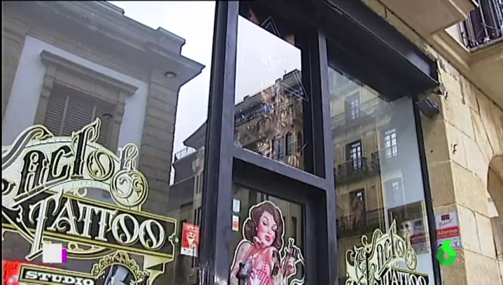 Investigan a un tatuador de Donostia por presunto acoso a al menos cuatro de sus clientas
