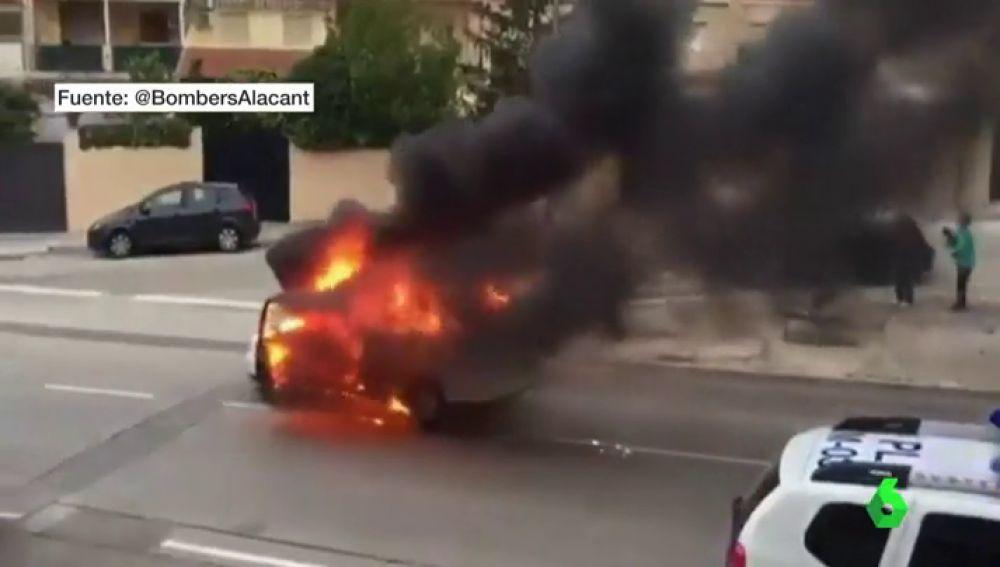 En cocentaina, Alicante, un coche incendia y desciende la calle en llamas