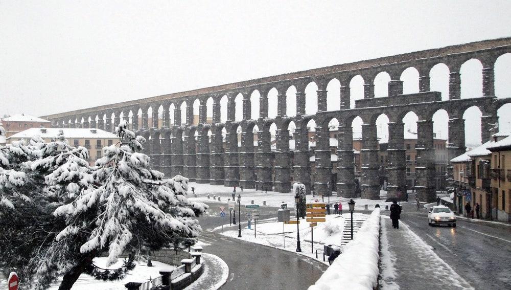 Vista del acueducto de Segovia durante la intensa nevada