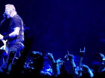 El guitarrista y cantante del grupo Metallica, el norteamericano James Hetfield, durante el concierto que la banda ofrece esta noche en el Palacio de los Deportes de la Comunidad de Madrid.