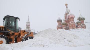Una vista de la Plaza Roja cubierta de nieve durante fuertes nevadas en Moscú