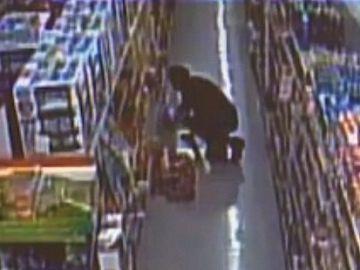 Imagen de archivo de una persona robando en un supermercado
