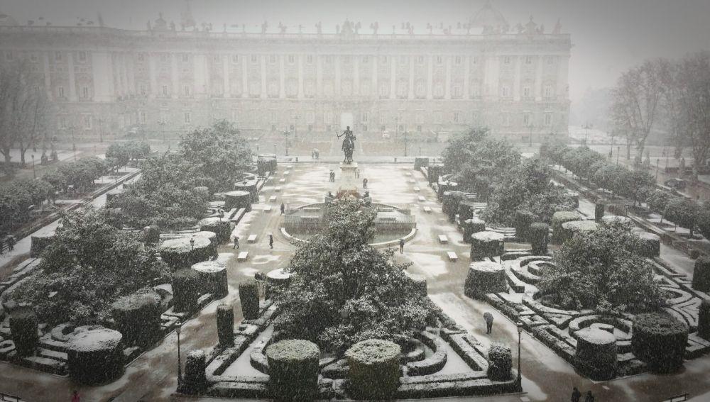La nieve cuaja en el Palacio Real de Madrid