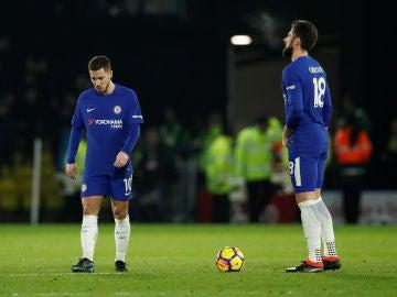 Hazard y Giroud, cabizbajos tras recibir un gol