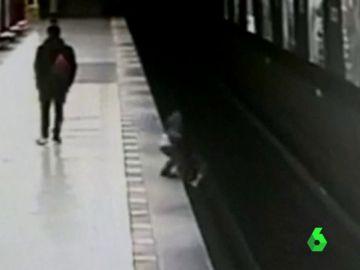 Un niño cae al metro de Milán