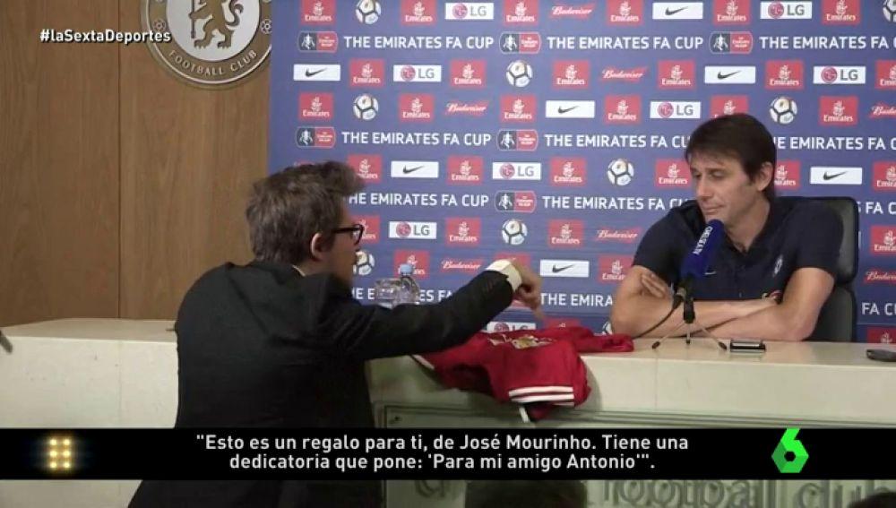 Entregan una camiseta del United firmada por Mourinho a Conte: ¡la cara del italiano lo dice todo!