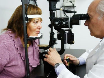 Rosario durante una de sus revisiones tras el implante de retina