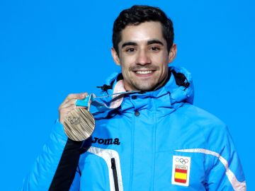 Javier Fernández posa feliz con su medalla de bronce