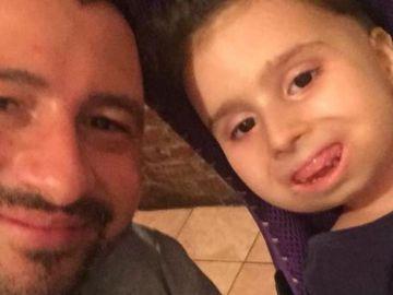 La pequeña Bea Naso junto a su padre Alessandro