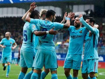 Los jugadores del Barcelona se abrazan para celebrar un gol