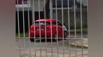 Una niña grita desconsolada para que su madre le deje subir al coche