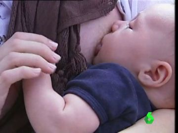 Una madre amamanta a su hijo