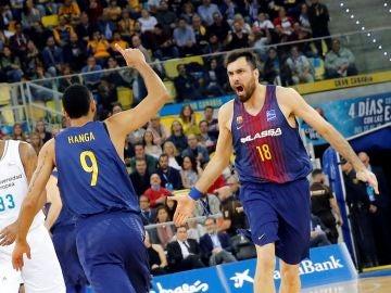 Orriola y Hanga, eufóricos tras lograr una canasta con el Barcelona