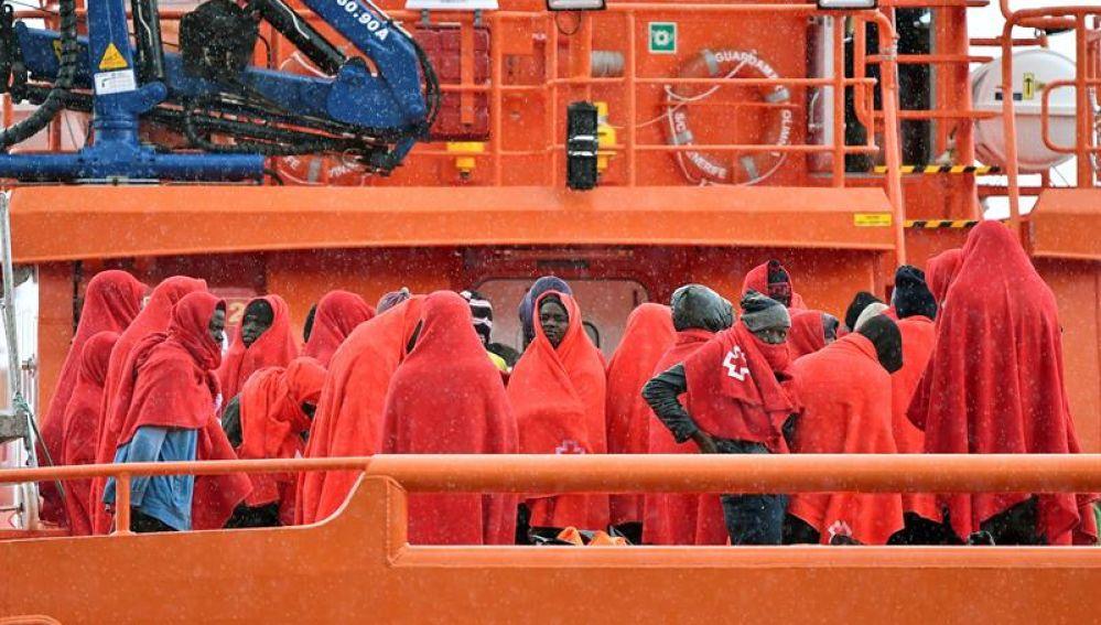 Llegada al puerto de Almería de varios inmigrantes