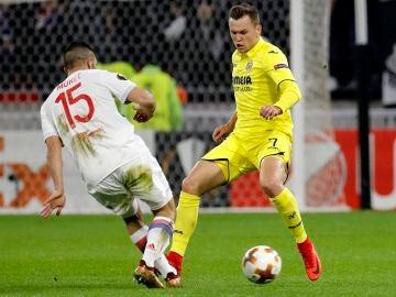 Cheryshev intenta zafarse de Murel durante el Lyon-Villarreal