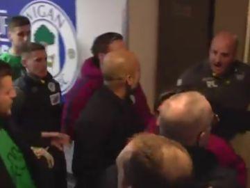 Guardiola y Cook, enfrentados en el túnel de vestuarios
