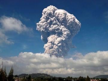 Imagen de la erupción del volcán Sinabung en Indonesia