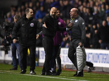 Guardiola discute con Paul Cook, técnico del Wigan
