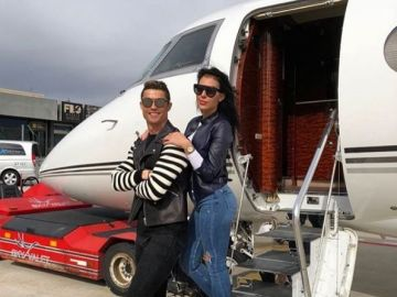 Cristiano Ronaldo junto a Georgina en su avión privado