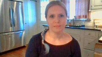 Amanda Meyer destroza las armas que guarda en casa