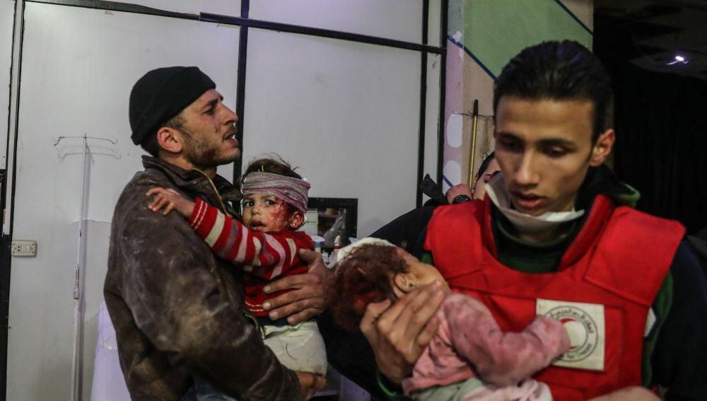 Niños heridos tras un bombardeo en Guta, Siria
