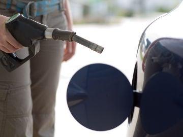 Un hombre llenando el depósito de gasolina