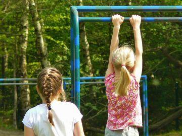 Imagen de archivo de dos niñas juegando en el patio de un colegio