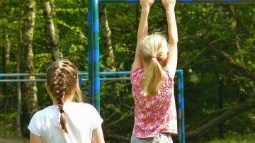 Imagen de archivo de dos niñas jugando en el patio de un colegio