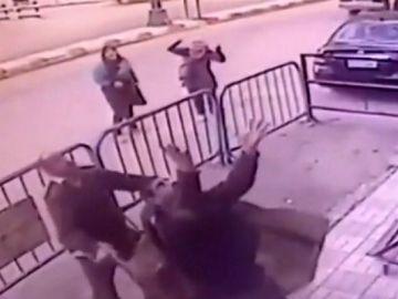 Policías rescatan a un niño que cae desde un tercer piso