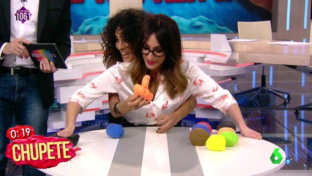 """Ana Morgade intenta guardar la compostura ante la figura """"alargada"""" que hace Lorena Castell"""