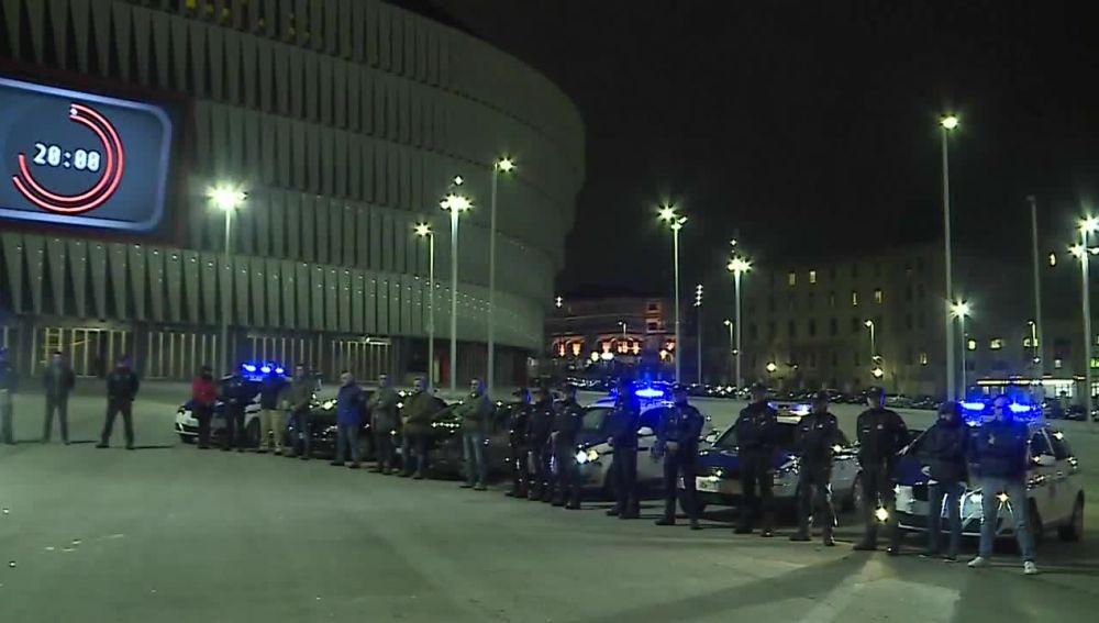 Concentración de agentes de la Ertzaintza frente a San Mamés