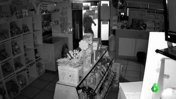 Jóvenes entran en una tienda a robar