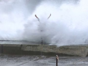 Una mujer haciéndose una foto frente al mar