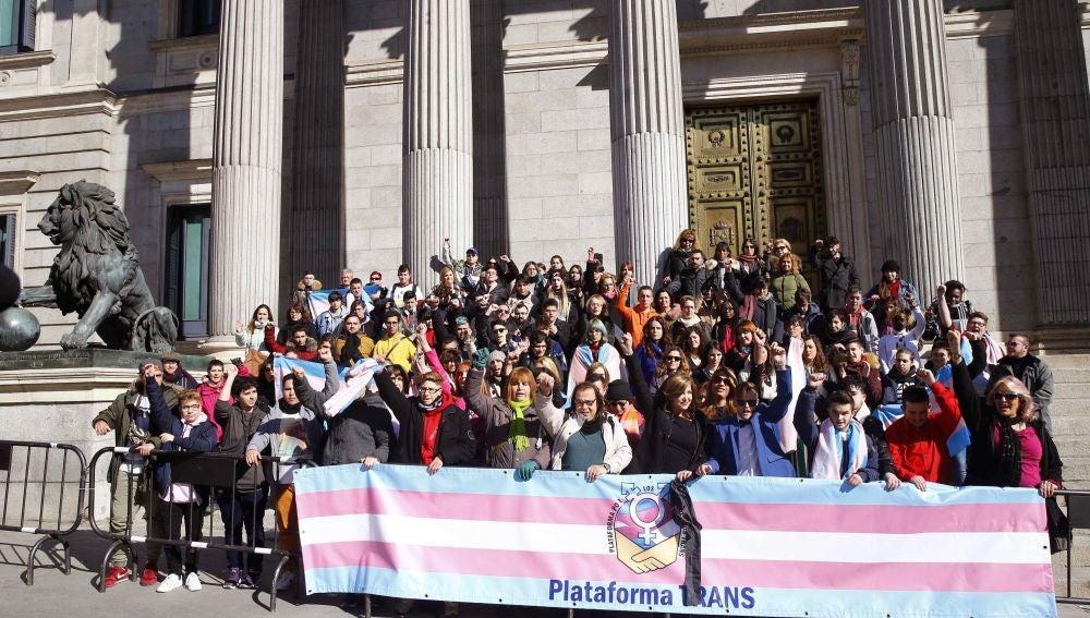 Miembros de la plataforma trans se concentran a las puertas del Congreso